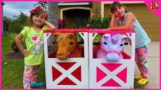 Laurinha e helena brincam com cavalo e unicórnio de brinquedo