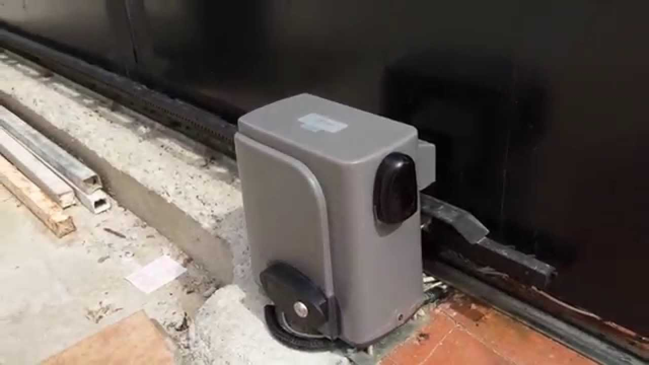 Puerta corredera con motor scor 600 youtube for Puertas de corredera para dormitorio