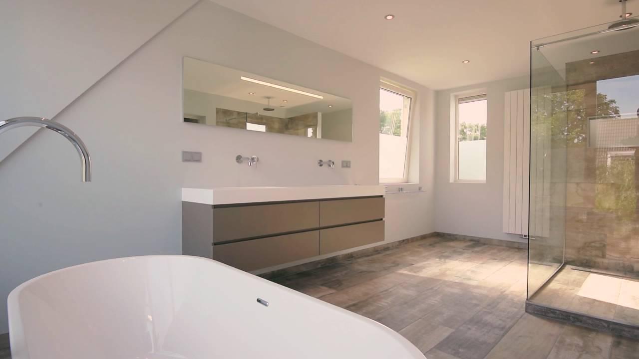Het Badhuys Breda | Ruime badkamer met tegels in houtstructuur - YouTube