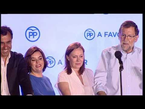 Rajoy sale al balcón de Génova y salta para celebrar los resultados del 26J