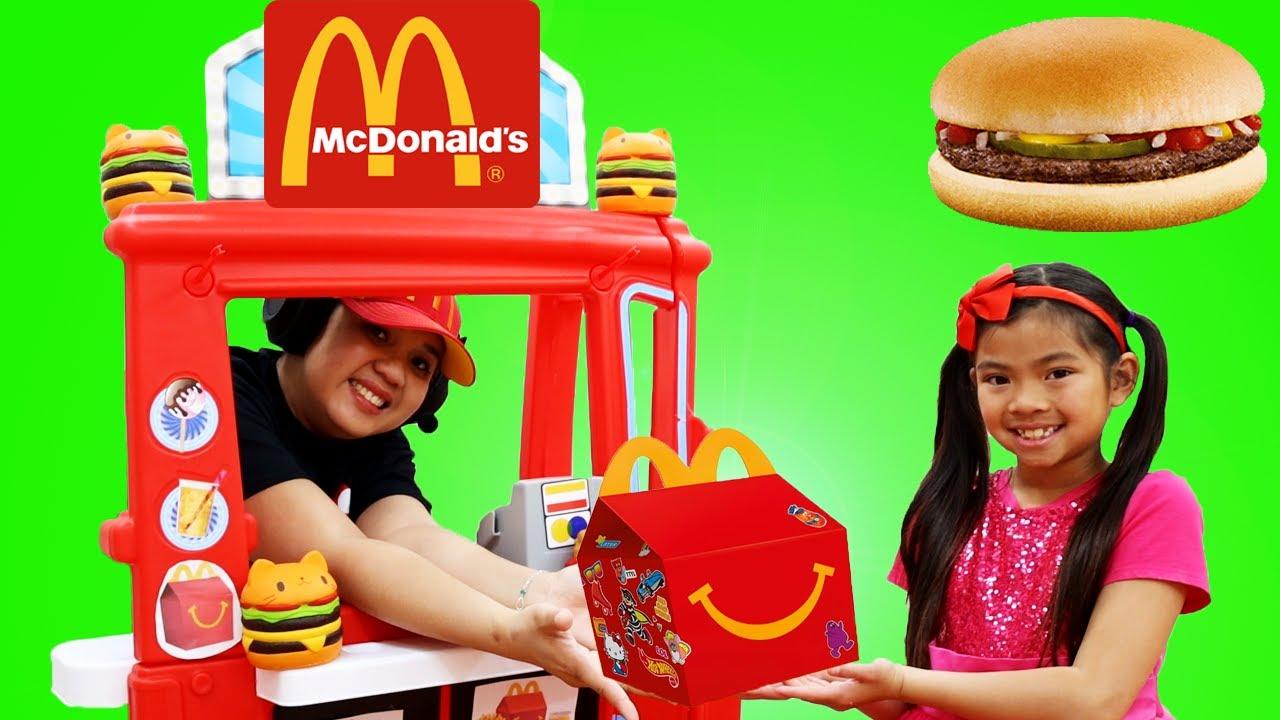 Emma Finge Jugar Happy Meal McDonalds Drive Thru | Comiditas de Juguetes para Niños