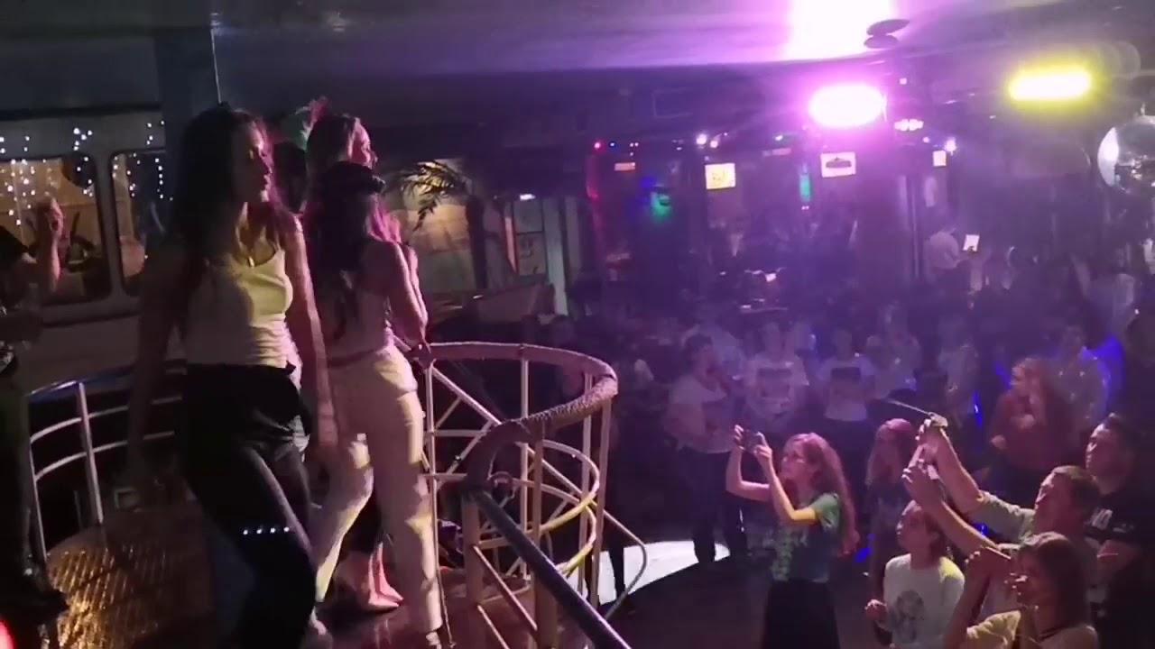 Ночной клуб мокрая майка свингер клубы москва видео