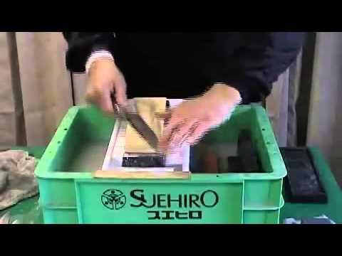 В японии на водных камнях вручную затачиваются лучшие клинки на протяжении тысячелетий. Именно в японии находятся ведущие производители природных и искусственных водных камней для заточки: suehiro, kasumi, king, kai, naniwa, masahiro, yaxell. Главным отличием японских водных точильных.