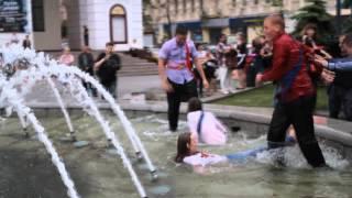На Майдане выпускницы плескались в фонтане !