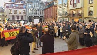 Concentración de 'España Existe' en la Plaza del Ayuntamiento de Oviedo