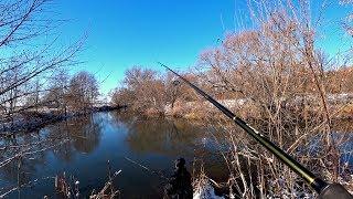 Ловля щуки на спиннинг поздней осенью. Рыбалка на Джиг на заснеженной маленькой речке.