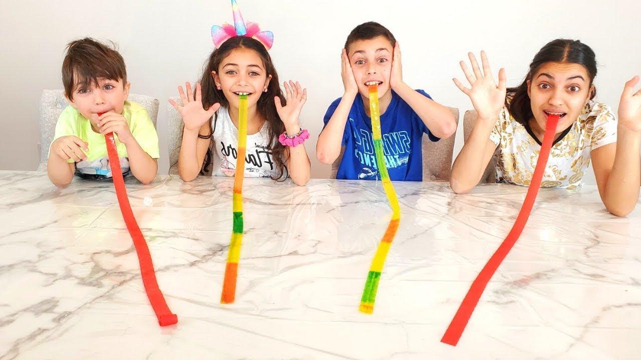 Heidi y los niños están aprendiendo a comer lenguas de frutas