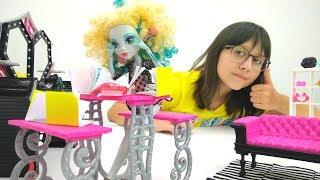 Видео с куклами. Лагуна Блю готовится в школу Монстер Хай