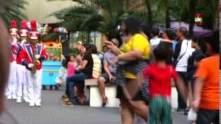 パレード音楽隊SMMALLOFASIAモールオブアジア 偽装の夫婦でフィリピンマ...