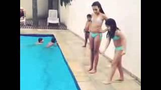 Meninas de chiquititas na piscina:P