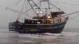tsunami en san blas nayarit saca a la playa barco camaronero
