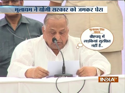 Mulayam Singh Yadav takes a dig at BJP while addressing a press conference in Lucknow