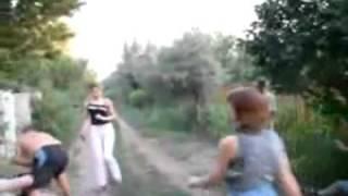 Пиян руснак показва удар с крак на друг, гледайте сега какво стана!