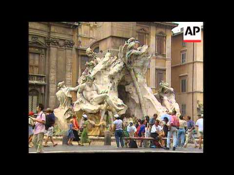 ITALY: ROME: FOUNTAIN DAMAGED AFTER TOURISTS TAKE A SWIM