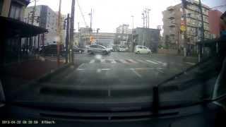 赤信号なのにあちらこちらからと違反車両だらけで前へ進めません。 使用...