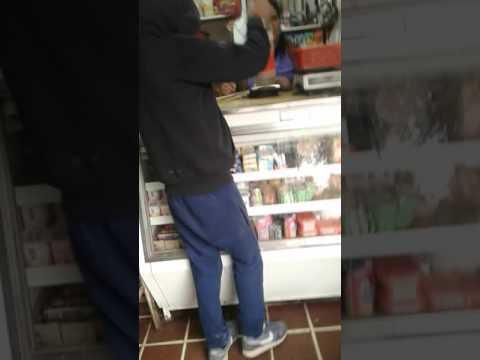 Niño comprando bebida antigua(Free)😂