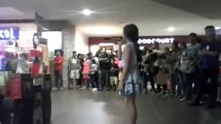 TRENDING: Batang kumanta sa mall pinagkagulohan :)