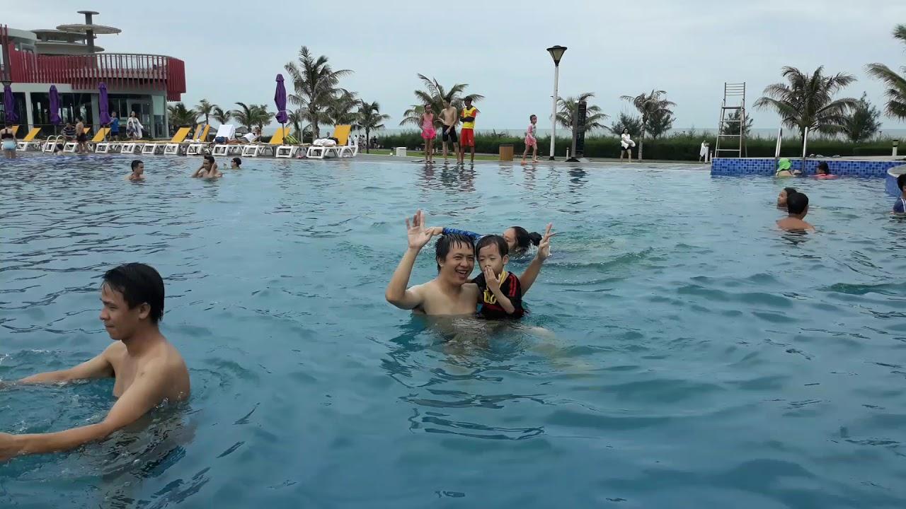Khiết Đông đi bơi hồ ở Ocenami Vũng Tàu