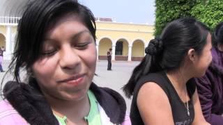 Clase de Geografia con las chicas de Ixmucané.