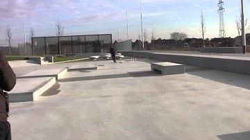 Santana Silva testet Skateboardanlage im Lippe-Park