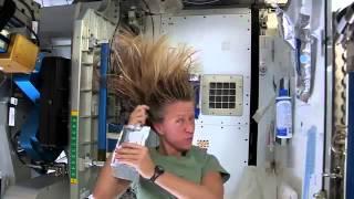 Видео   Пособие от Карен Найберг, как мыть волосы в космосе   Видеоролики на Sibnet