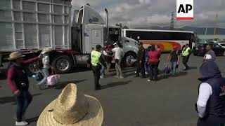 Migrants continue journey across Mexico towards US border