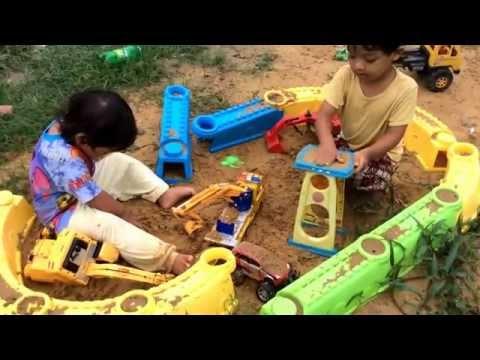 เล่นรถแมคโครตักดินก่อนไปโรงเรียน - Play digger excavator before going to school