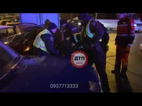 Жёсткое утреннее ДТП с пострадавшими в Киеве на проспекте науки: пьяный водитель разбито порядка шес