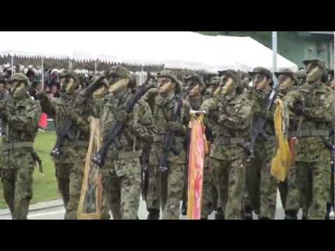 北熊本駐屯地開設記念行事での観閲行進
