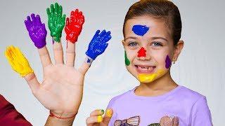 ემილია აფერადებს პატარა ხელებს სხვადასხვა ფრად