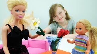 Штеффи делает букет из ромашек и тюльпанов для Барби