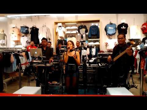 Free Download Lala Karmela - Runaway (live Perform At H&m Loves Music, Gi - 16042017) Mp3 dan Mp4
