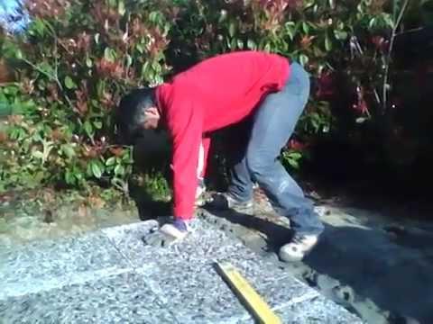 Pavimento esterno posare una piastrella youtube - Piastrelle di plastica ...