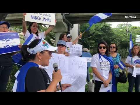 Nicaragüenses protestan en el redondel Naciones Unidas en El Salvador