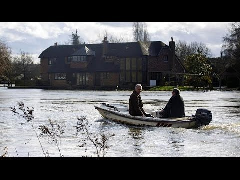 UK: hundreds evacuated from homes along River Thames as more heavy rain is forecast