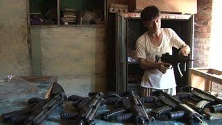 سوق صناعة السلاح التاريخي في احدى قرى باكستان يوشك على الاندثار