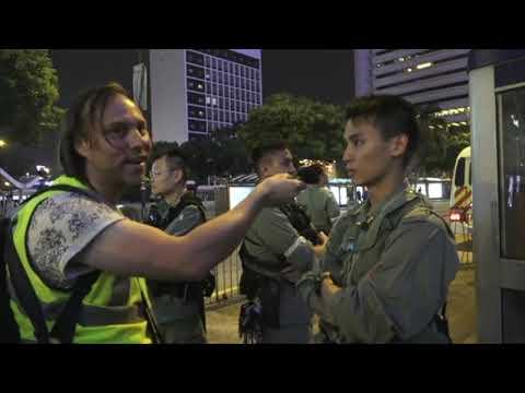 【香港10•19】外國記者問警察爲何沒有警員編號 警察回答不出