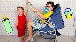 Gabrielzinho finge Brincar de ser babá COM BEBÊ DE VERDADE