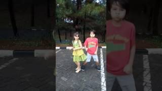 Video Chicken Duk Koo Roo versi Jane Watkin feat Steven Watkin download MP3, 3GP, MP4, WEBM, AVI, FLV Agustus 2018