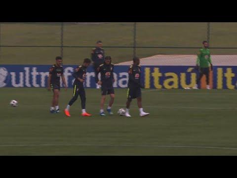 Neymar participa de treino leve da seleção