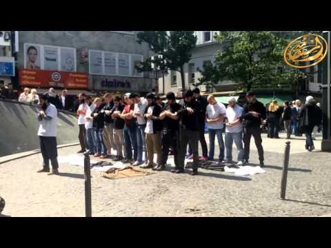 Прекрасная картина. Мусульмане молятся на улице одного из городов Германии