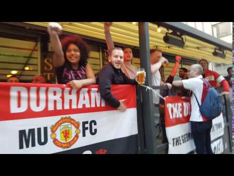 Ajax fans meet Manchester United fans in Stockholm Pub 1