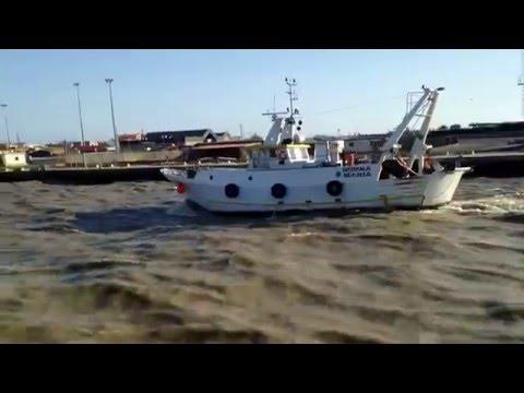 Fiumicino- rientro di una barca in un canale mosso e color terra