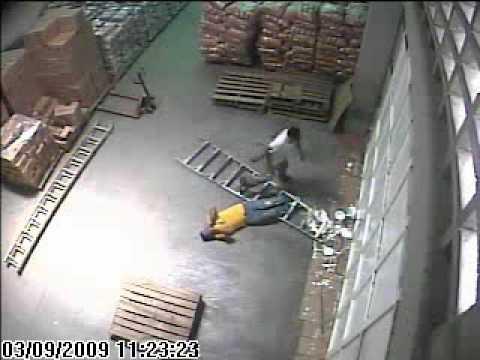 Caida escalera en almac n casi se mata ladder paint - Escaleras de trabajo ...
