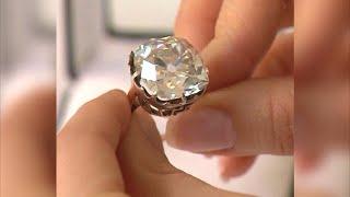 видео: Женщина носит кольцо за 13$ в течении 30 лет, изучив его она понимает, что она миллионер
