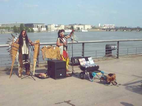 un groupe de music indien sur les quais de la garonne