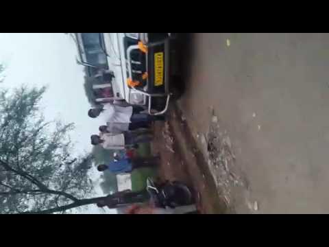 पुलीस वालों को जमकर मारा गाड़ियों के सीसे तोड़े