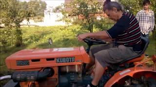Nauka obsługi przez Babcie traktorka ogrodniczego Kubota 5001z glebogryzarką. www.akant-ogrody.pl