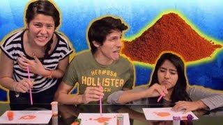 Comiendo chile en polvo con popote Reto Polinesio