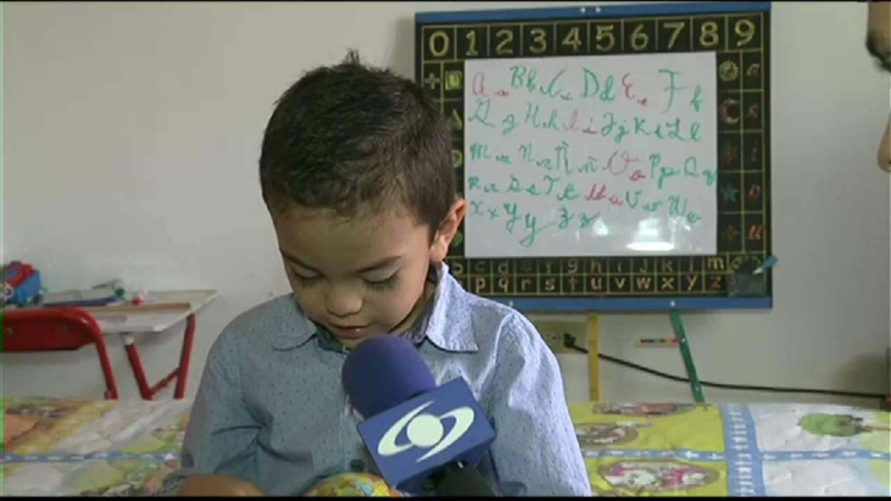 Niño de cinco años que domina varios idiomas causa asombro en Colombia